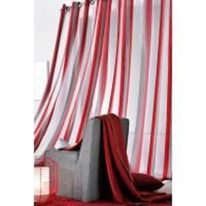 rideau rouge et gris
