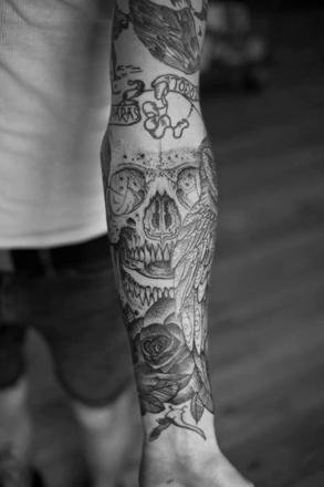 tatouage noir et blanc homme